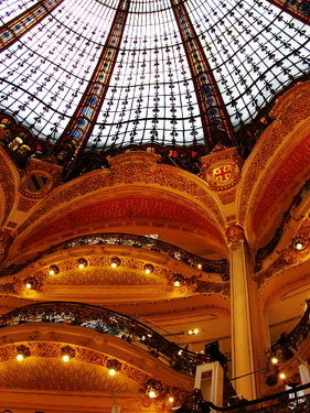 拉法葉百貨輝煌的內部...但其實櫃位很亂