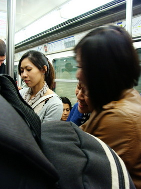 在地鐵我們碰到很白痴報紙被門夾到又自己拿頭去撞到門的兩個帥哥