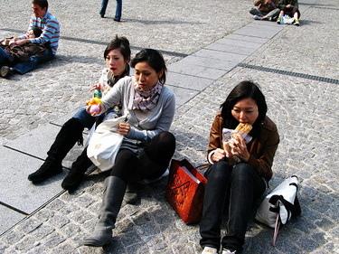 在廣場吃中餐....地上其實超髒的