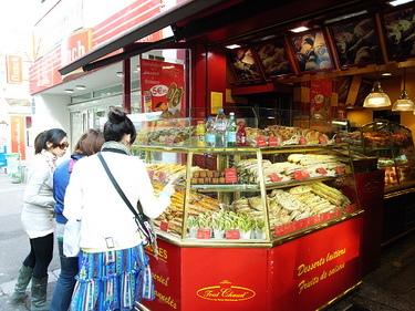 """圍著三明治店我們講了TACO在巴黎最常講的一句話""""這看起來好好吃喔~~"""""""