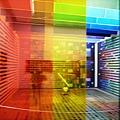 外面有一片彩虹色玻璃