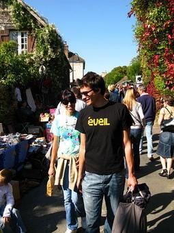 剛好我們去那天是小鎮跳蚤市場的日子