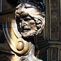 不管是門上牆上的彫刻都很注重細膩度