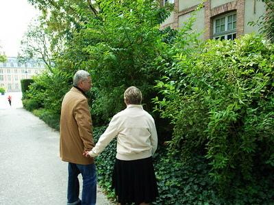 好甜蜜的一對老夫妻,我希望我老了也可以這樣,然後再重遊楓丹白露