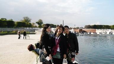 杜樂麗的池塘圍坐著一圈巴黎悠哉的民眾