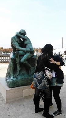 我在橘園門口被強吻了....怎麼不是法國帥哥..人家不依