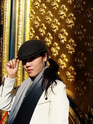 TACO被金色大門閃到要用帽子遮