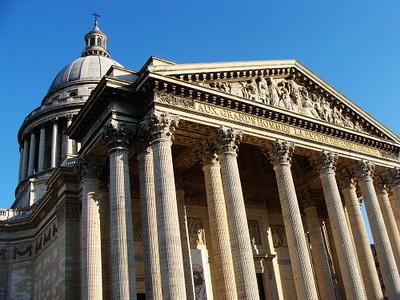 萬神廟最有名的就是它模仿羅馬萬神廟的柱子,入口上方有法國祖國女神為偉人戴桂冠的浮雕