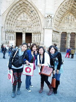 在聖母院前廣場的合照
