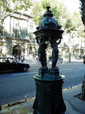回家的路上,這是巴黎是很有特色的路邊飲水機,但真的有人喝嗎?