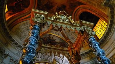 祭壇由四座精雕細琢的黑色大理石曲線柱構成,兩邊螺旋梯引向鏡廊