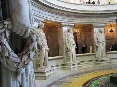 12座勝利女神環繞的是拿破崙一世的棺塚,但我沒拍到棺材