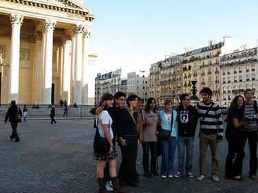附近就有索邦大學,這群應該是大學生吧