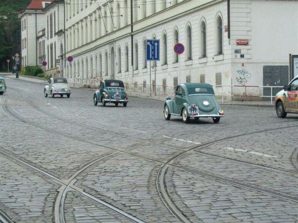 一出地鐵就看到一大群老爺車遊行