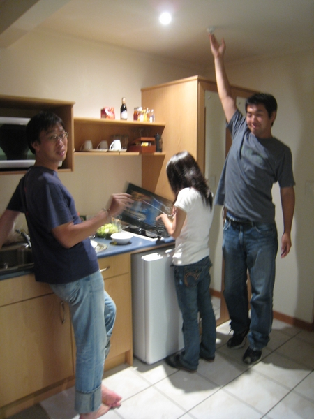 手忙腳亂的煮飯時間,要小心油煙觸動警報器XD