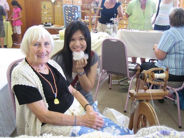 紡羊毛線中的奶奶,她給了大家一人一球綿絮唷