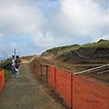 抵達之後依然看得到綿延數哩的施工牆