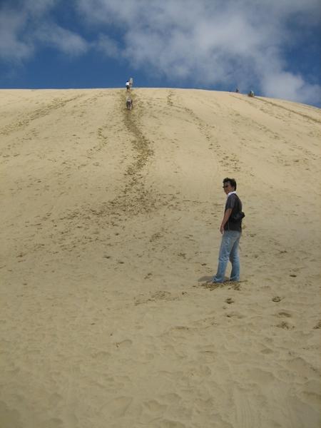 看頂頭的小小人兒就知道這沙丘有多高