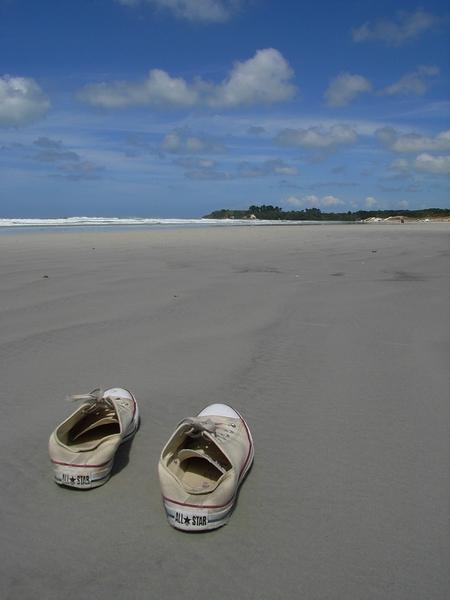 鞋的主人正在踏浪中