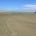 所以沙灘上滿是痛快奔馳過後的輪胎痕