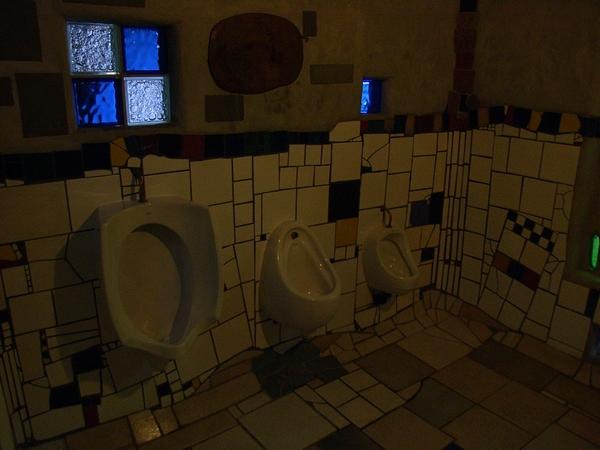 花俏的男廁內部