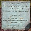 Edmund Hillary 於我們旅行當月辭世,因此週圍滿是悼念的花圈