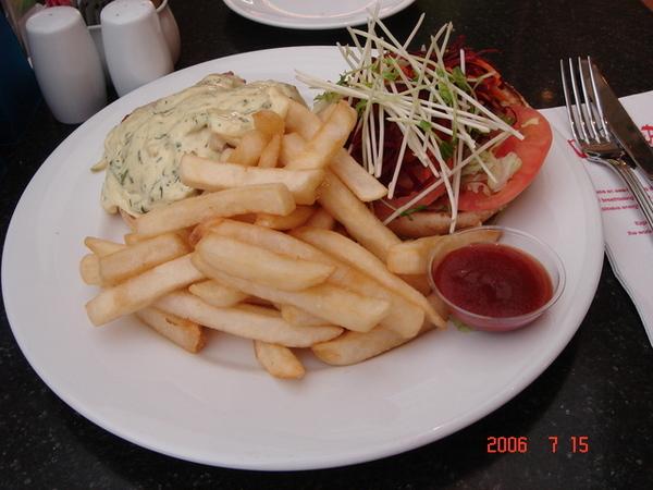 我的午餐... 牛肉漢堡+薯條
