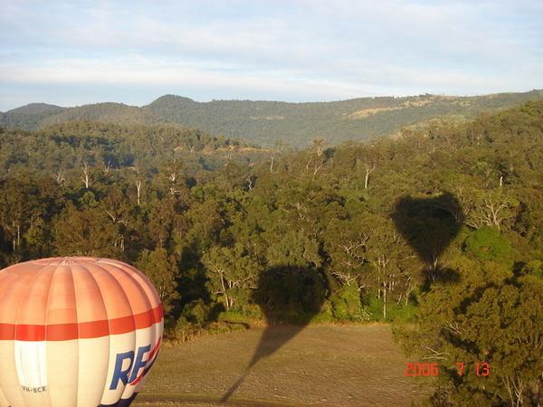 兩個熱氣球的影子映在山坡上 ~