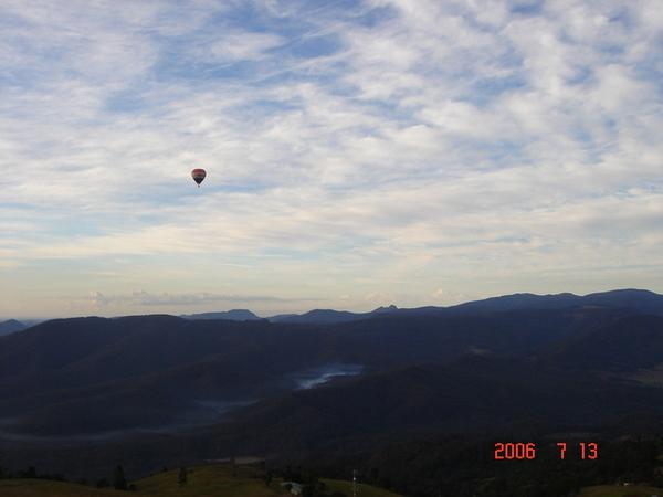 另一個熱氣球一直跟著我們耶~