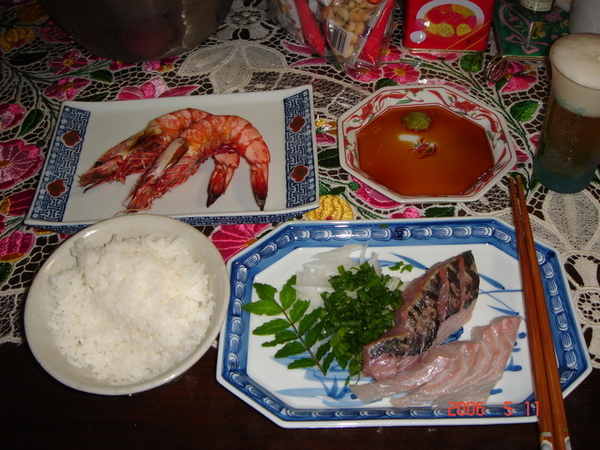 貴醬媽準備的生魚片 烤蝦真好吃!!!