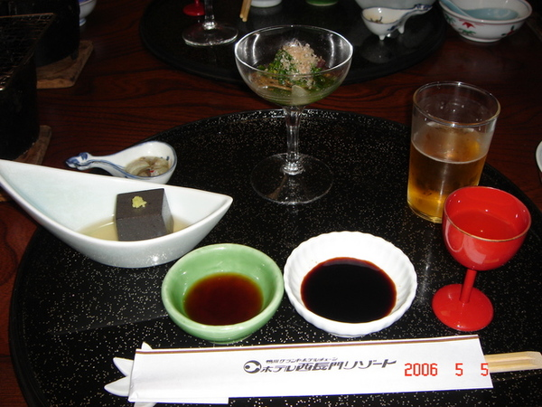 左手邊有芝麻豆腐和生章魚