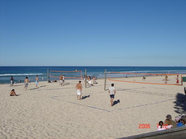 天氣很好!   有人在打沙灘排球ㄝ~~