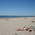 到處都人悠閒地躺在沙灘上作日光浴 !!