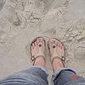 我的腳ㄚ ... 踏在細細的沙上