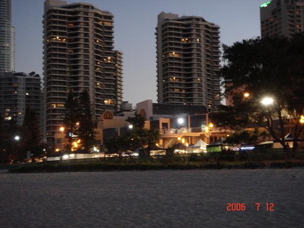 夜晚沙灘邊會有市集喔~