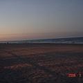 雖天色漸暗  但仍很多人在海邊耶~