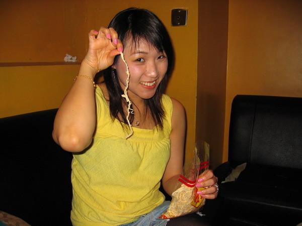 我給人家偷帶魷魚絲.....