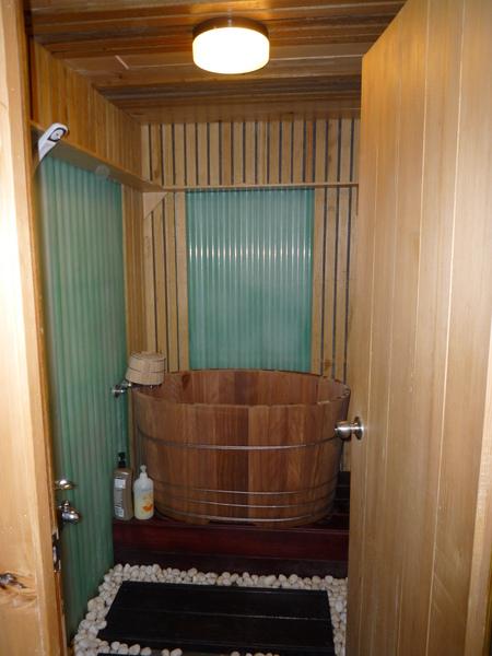 泡澡的木桶   但可惜只能容下一個人