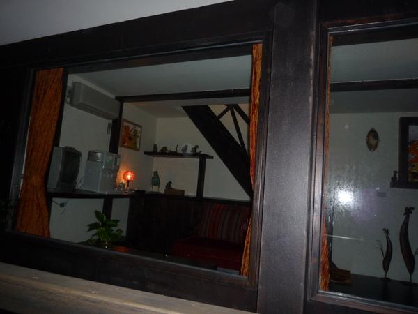 樓下的小客廳  有一整面落地窗