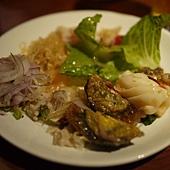 泰市場~涼拌泰式海鮮沙拉加甜魚片和皮蛋