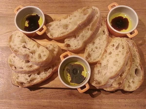 黑米麵包配橄欖油
