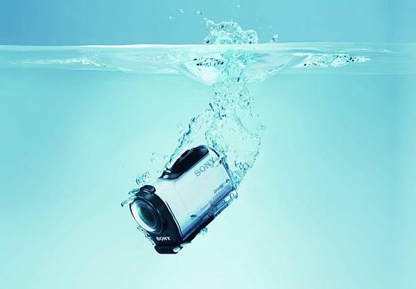圖3. Sony Action Cam Mini【HDR-AZ1VR】具備IPX4防潑灑等級,搭配專屬防水殼後,能抵抗灰塵髒污與輕微撞擊,還可以躍入水下達5公尺,無論衝浪或浮潛都能繼續持續上場完美紀錄!