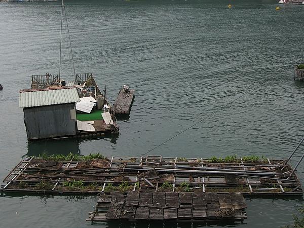 疑似廢棄的船屋...