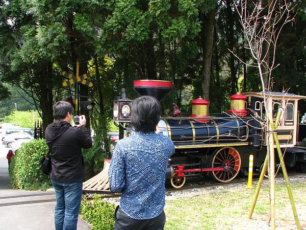 正在拍小火車的遊客們...