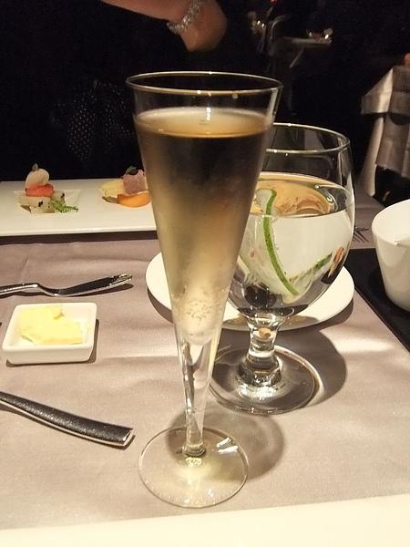 餐前酒, 應該是香檳吧...