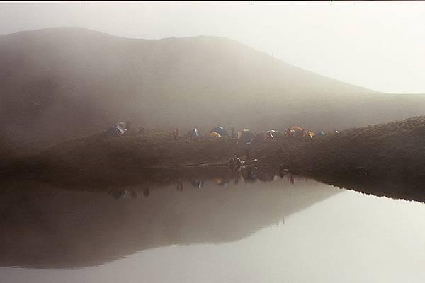 晨霧中的營地