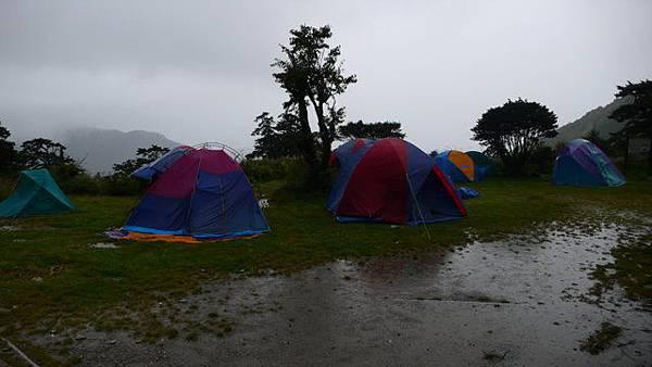 雨勢過大帳篷都東倒西歪的.JPG