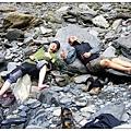 庫哈諾辛山-河邊上的兩條鹹魚.JPG