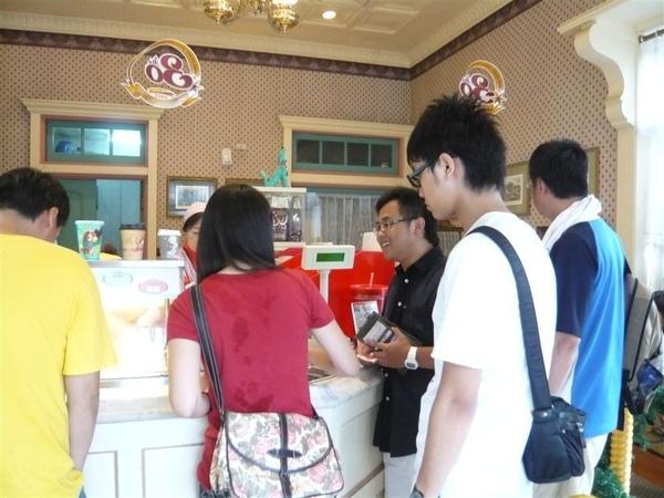 王怡文嚷嚷要買冰吃