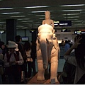 """入境大廳內的雕像,我們的第二個""""景點"""""""